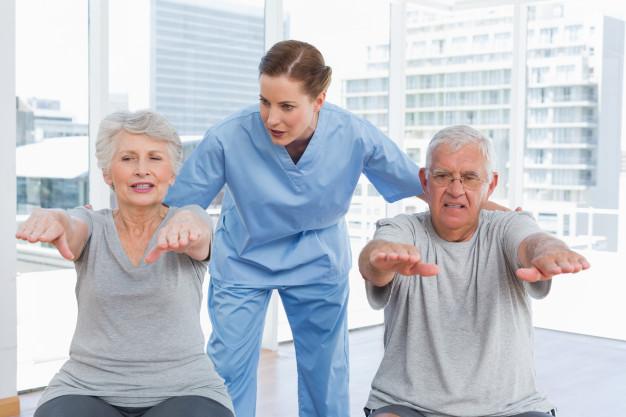 terapeuta-mujer-asistiendo-pareja-senior-ejercicios_13339-281789